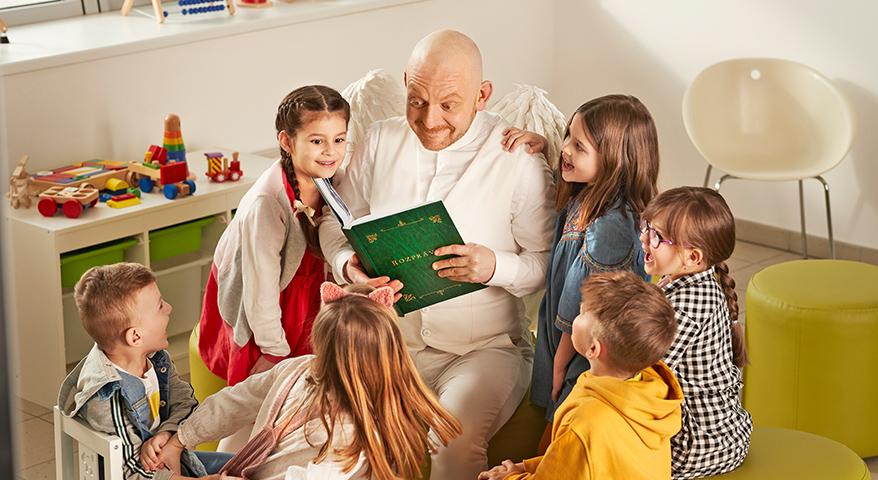 Anjel strážny s deťmi čítajú knihu
