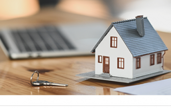 Poistená domácnosť pre model domu položený na stole