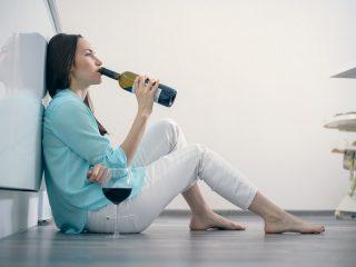 žena s fľašou vína